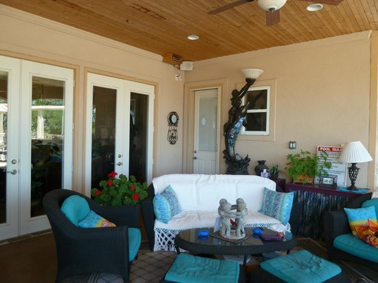 Arkens Bed & Breakfast: Pool Area - sofas in the shade