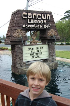 Cancun Lagoon Miniature Golf : Sign out in front