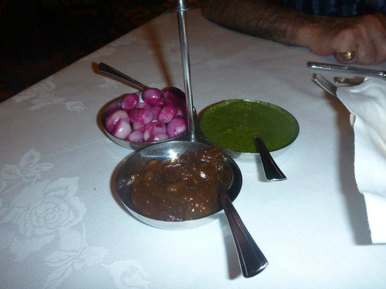 Rang Mahal Restaurant: Whole onions and really hot green sauce and lime pickle