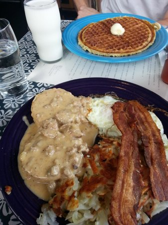 Streamliner Diner: Biscuits and gravy