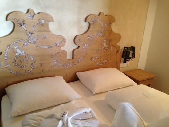 Zin Senfter Residence: camera da letto con testiera decorata a mano - bellissima