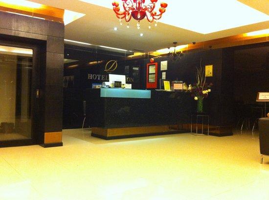 Hotel de Leon: The lobby & reception