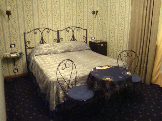 Ave Roma Guest House: Dormitorio reducido pero suficiente y comodo