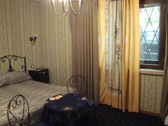 Ave Roma Guest House: ventana a la calle del dormitorio