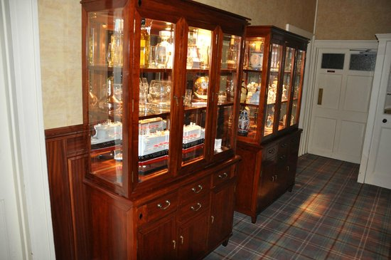 Castle Hotel Huntly : Display cases in hotel