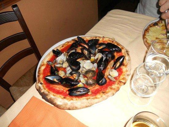 Passaparola: Pizza alla pescatora, con vongole veraci, cozze e gamberi.