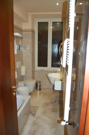 Hotel Alimandi Vaticano: Spacious modern bathroom