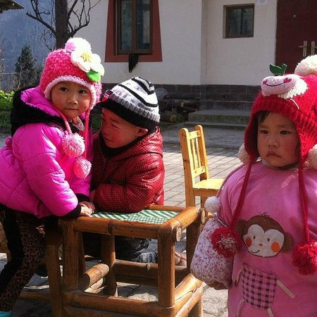 2008 Earthquake Memorial Site: Vackra barn från byn.