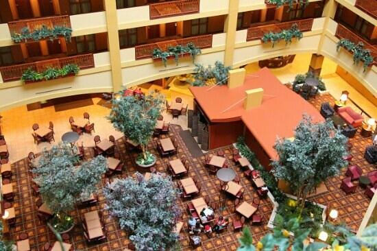 Embassy Suites by Hilton Hampton Hotel Convention Center & Spa: view of the dining/sitting area