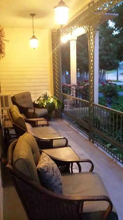 Bellinger Rose Bed & Breakfast: Front Porch