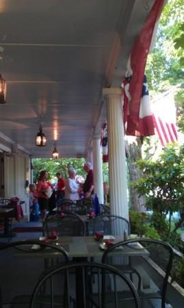 Concord's Colonial Inn: Lovely porch where you can enjoy a glass of wine.