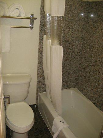 Berkeley Rodeway Inn: Bathroom