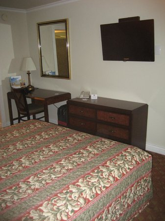 Berkeley Rodeway Inn : Desk and TV