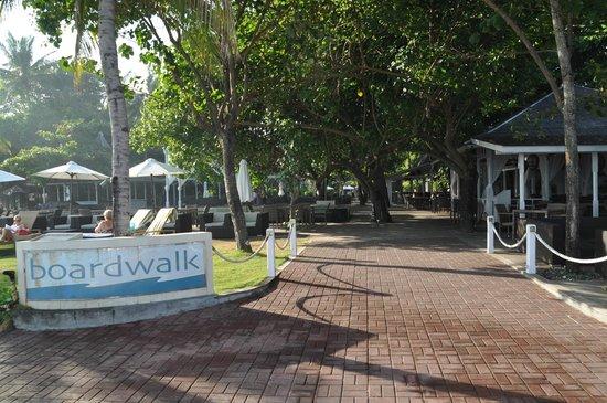 Bali Garden Beach Resort: Boardwalk restaurent area
