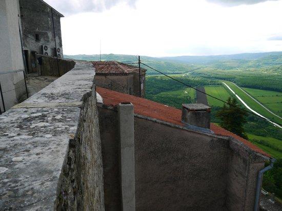 Ancient City Walls: 石積みの城壁