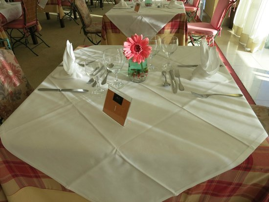 Sao Miguel Park Hotel : Table setup for dinner buffet. Reservations recommended.