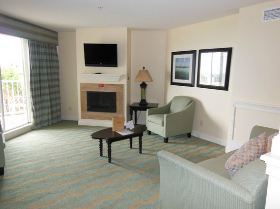 Anchorage Inn: Living room area with fireplace