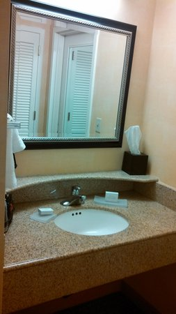 Courtyard by Marriott Norwalk: Sink area