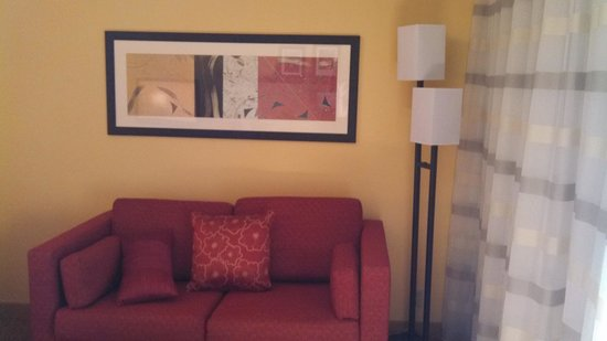 Courtyard by Marriott Norwalk: Sofa and coffee table