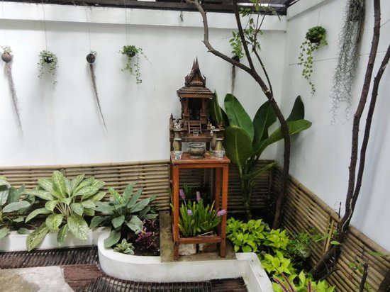 Littlest Guesthouse: Temple in the front open area