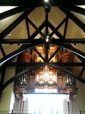 Christ Church Cathedral: Pipe organ above the choir loft