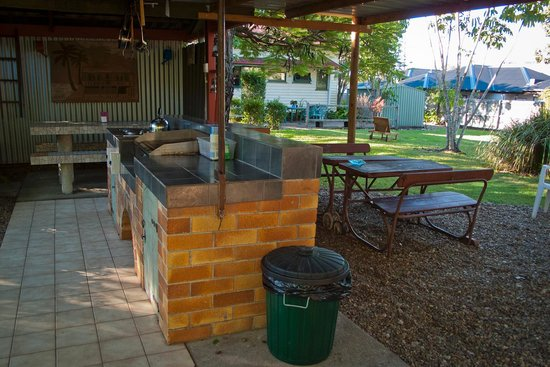 Aussie Woolshed Backpackers Hervey Bay, Fraser Island: BBQ garden