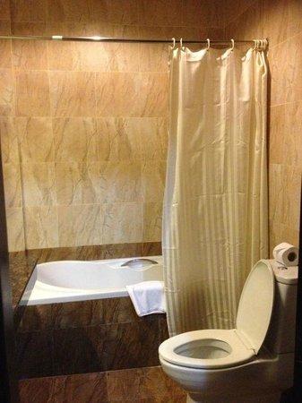 Almond Hotel Phnom Penh: Toilet