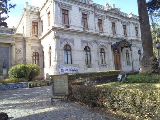 Santiago de Chile. Calle Dieciocho. Palacio Cousiño cerrado por reparaciones.