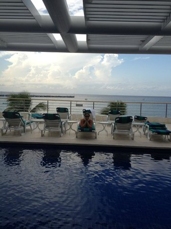 Casa Mexicana Cozumel: Lounge chairs by pool