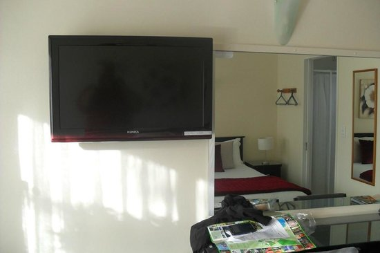 Accolade Lodge Motel: Large tv with plenty of channels to select from