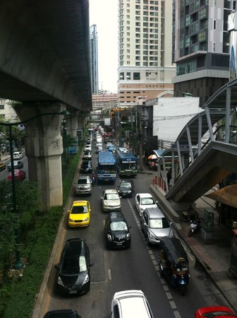 Plaza Athenee Bangkok, A Royal Meridien Hotel: Traffic near hotel.