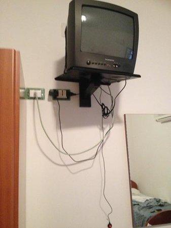 Hotel Marechiaro: televisore vecchio e fili che penzolano