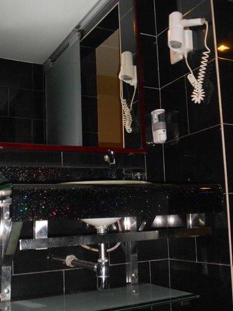 Nouvelle Hotel: Nice bathroom