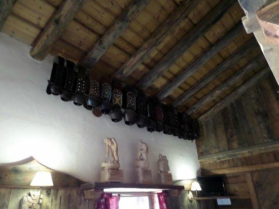 Rifugio Mont Fallere: Campanacci al soffitto
