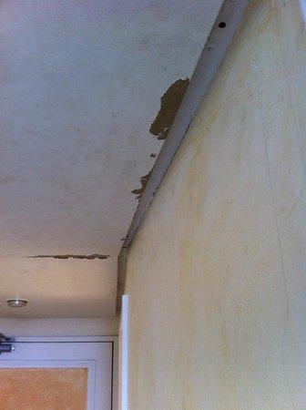Hyatt Regency Paris Étoile: Paint peeling of walls and ceiling
