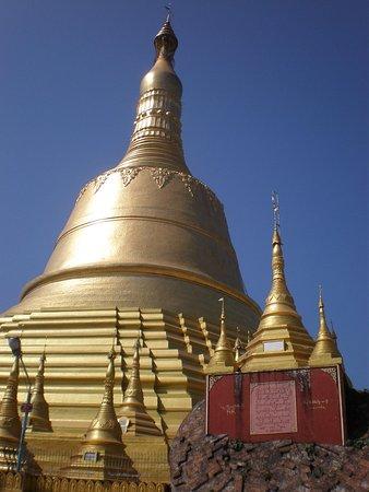 114mの仏塔と地震で崩落した仏塔...