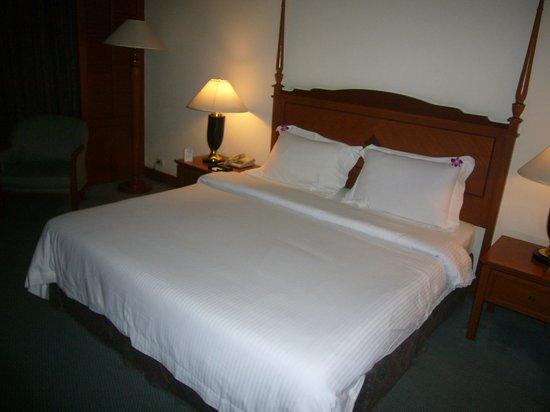 Century Park Hotel: この宿代のホテルにしてはベットが十分に大きいです