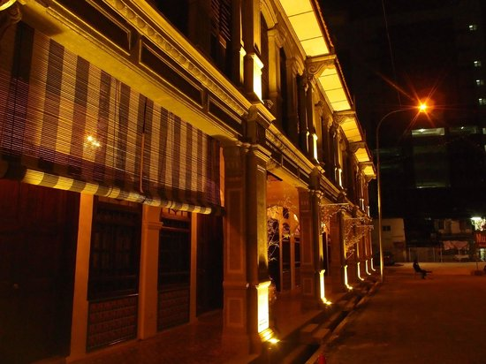 Museum Hotel: Hotel facade at night