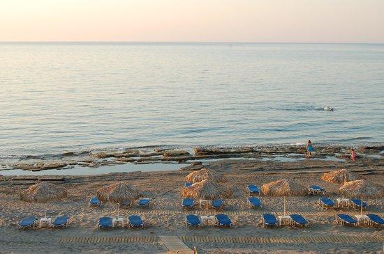 Menia Beach Hotel: steinhyller langs stranda