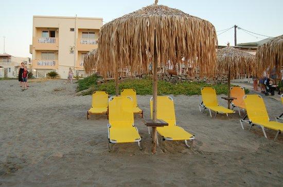 Menia Beach Hotel: hotellet noen meter unna stranden