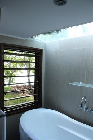 The Havannah, Vanuatu: Bath with a view....the ocean is out there although photo doesn't do it justice!