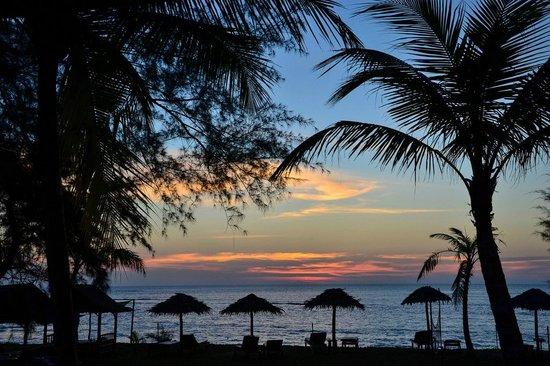 Pranee Beach Bungalows: Sunset