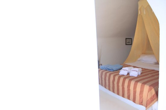 Esperas: The bed curtain (which needs untying) gave a romantic vibe to the room.