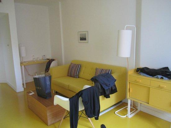 ibis Styles Lisboa Embaixador: Wohnbereich in der Junior Suite