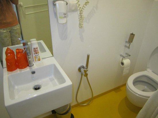 ibis Styles Lisboa Embaixador: etwas enges Badezimmer in der Junior Suite