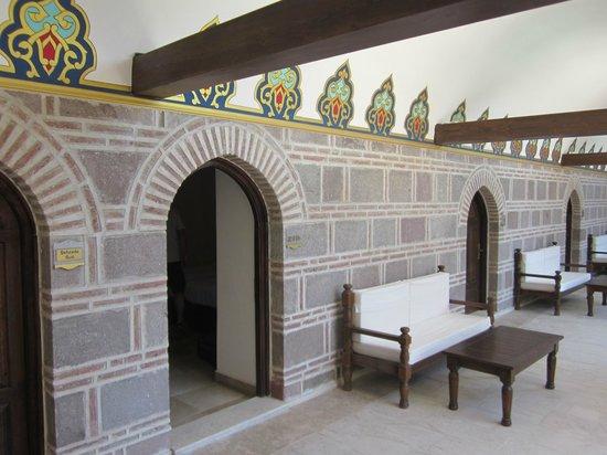 Kanuni Kervansaray Historical Hotel : Bench in front of room