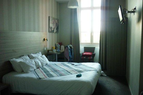 Hotel Le Connetable : la chambre vue entière très confortable et calme ...