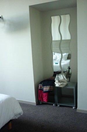 Hotel Le Connetable : dans la chambre un coin miroir