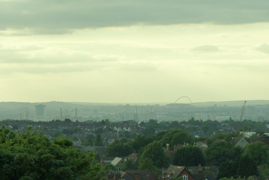Euro Queens Hotel: Wembley in the distance, seem from hotel room.