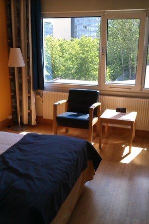 Scandic Aarhus Vest : Table and armchair